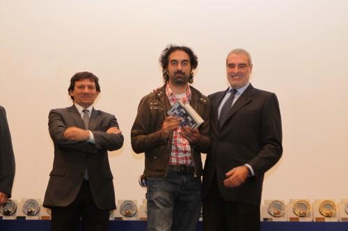 D'esquerra a dreta: Joan Isern, Enric Ruiz recollint el premi i Joan Ollé.