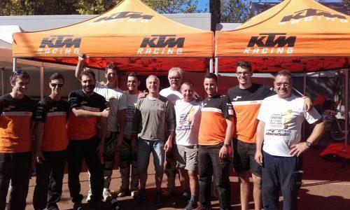 Joseo Marsal, al centre de la imatge, acompanyat de l'equip KTM.