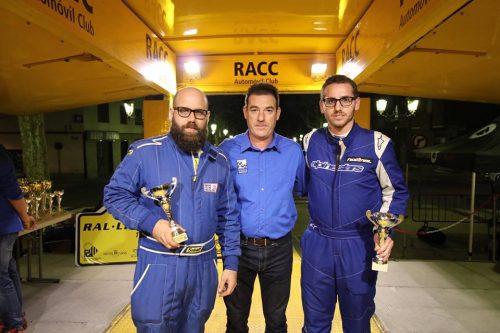 Joan Morros (esquerra) i Carles Planell (dreta) rebent el trofeu de guanyadors del Grup HL de les mans de Jaume Brunet (president de l'escuderia Costa Daurada).
